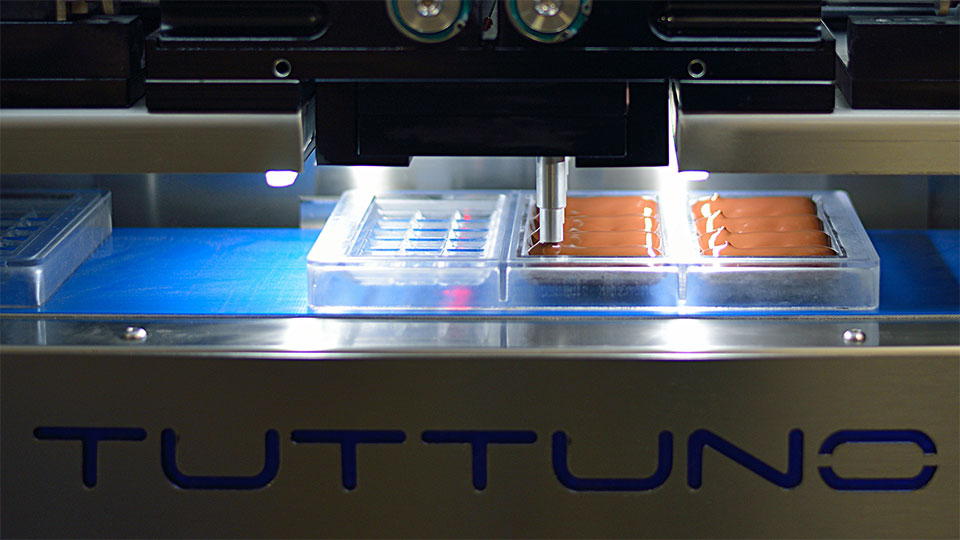 Tuttuno Oneshot. Simultaneous dispensing machine, chocolate depositor: injection of filled chocolate bars